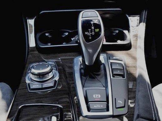 【BMW F10】ボタン式パーキング・ブレーキ(オートマチック・ホールド機能付)♪